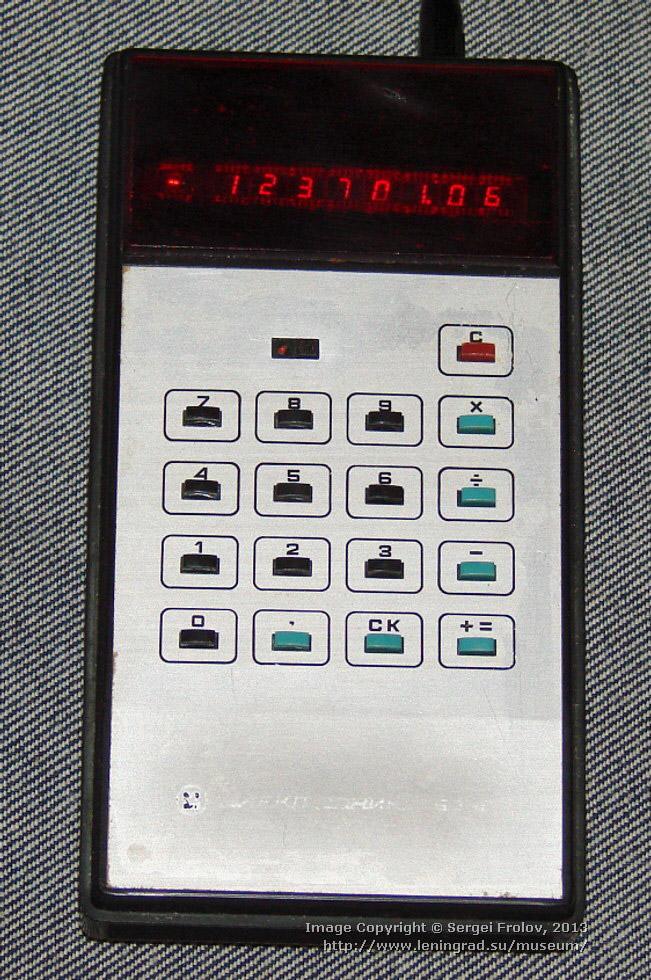 «Электроника Б3-10» — портативный электронный калькулятор, работающий от аккумулятора, 1974 год.