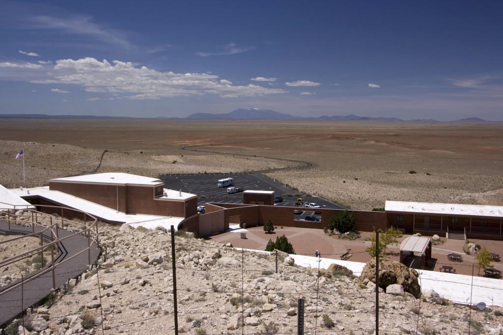 Дорога и стоянка автомобилей у подножия аризонского кратера