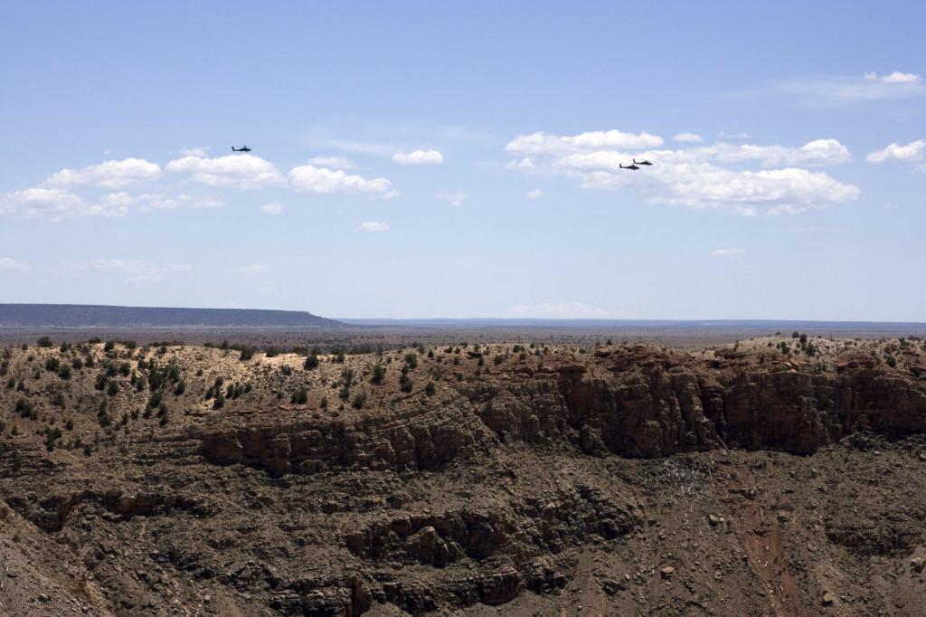 Вертолеты ВВС США над аризонским кратером