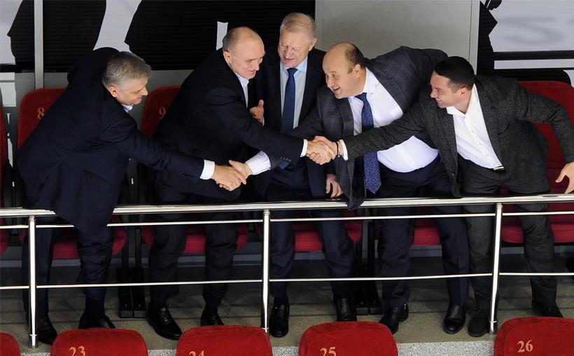 Губернатор Челябинской области Борис Дубровский (второй слева) на игре своей команды
