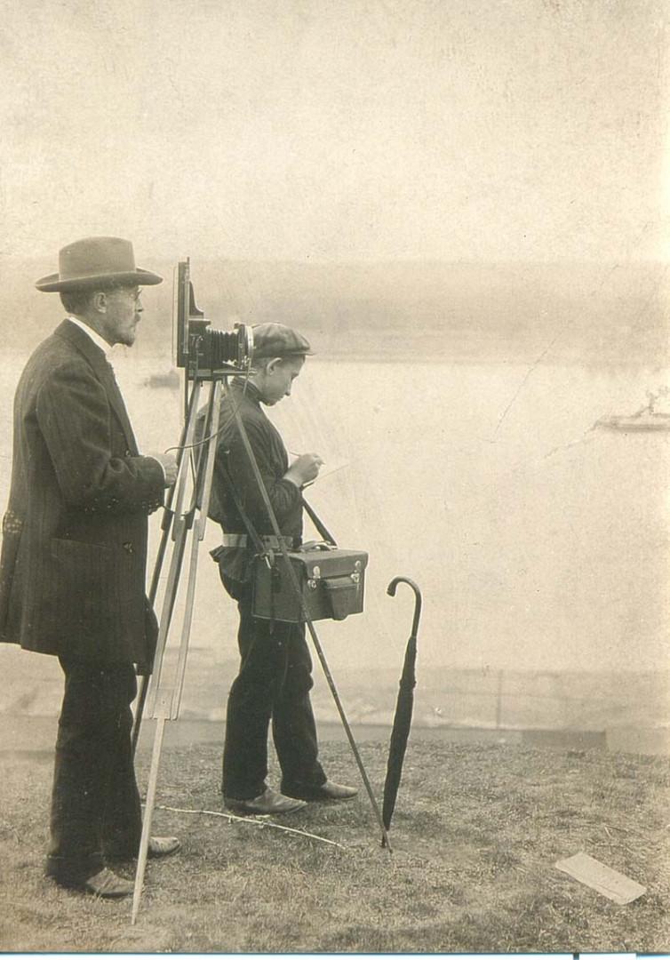 Сергей Прокудин-Горский и его помощник Николай Селиванов во время съемки, предположительно 1909 год