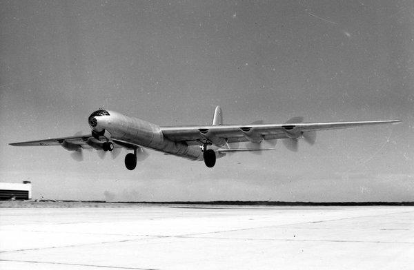 Американский стратегический бомбардировщик Convair B-36, получивший неофициальное название «Миротворец» (англ. Peacemaker), во время взлёта. Является самым большим по размаху крыла и высоте построенным бомбардировщиком за всю историю военной авиации. Cred