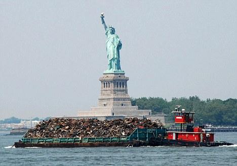 «Вонючий Голландец» — баржа с нью-йоркским мусором, покидающая город
